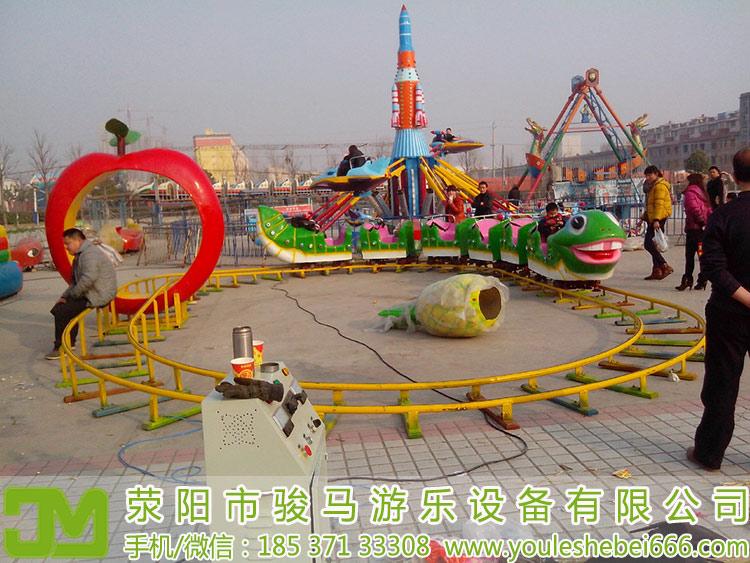 很多人可能认为游乐场游戏项目定价只需要借鉴一些公园游戏项目的定价就可以了,其实这种想法是非常错误的,因为公园游戏项目的价格相对来讲要偏高一些,当然了在一些大城市中是偏低的,所以游乐场老板在给每一项游戏项目定价的时候精细的计算一下。老板们当然希望能够尽快的收回成本,但是盲目的定高价就会将一些对于游乐设施游戏项目感兴趣的人阻挡在游乐场之外,所以老板们定价的时候定的更加亲民一些,吸引更多的顾客才是持久经营的好办法。  对于投资者来讲,一套小孩游乐设施投资多少钱固然重要,但是投资之前的各个方面的考虑也是一定要全面